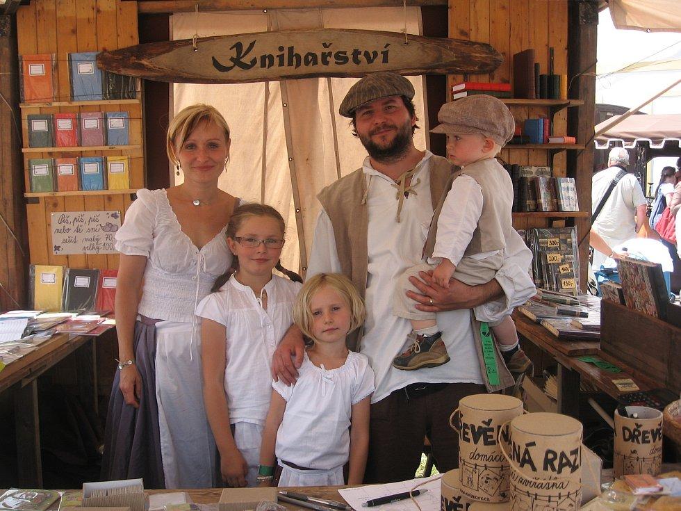 Ladislav Oujeský s rodinou na jarmarku.