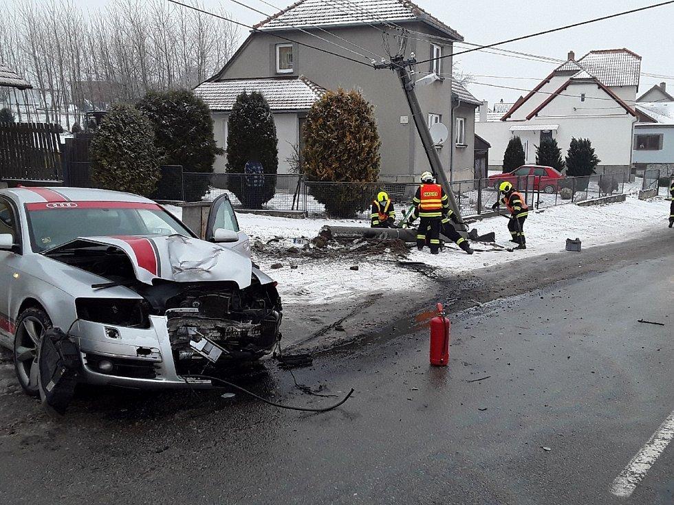 Práce hasičů ve Žďárné po nehodě osobního auta.