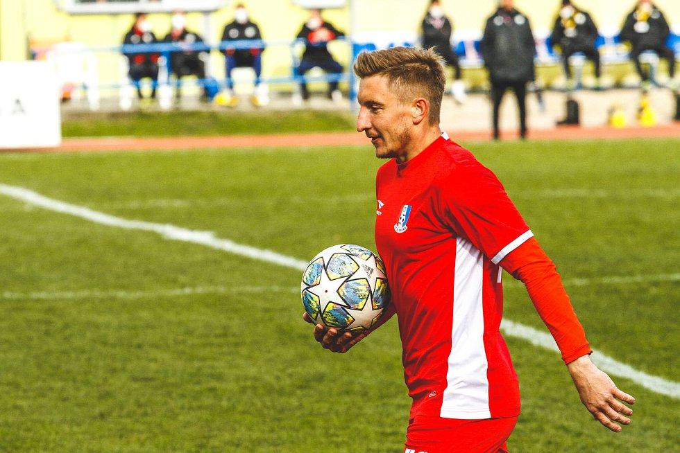 Fotbalista Ondřej Sukup (v červeném) si po konci v Blansku hledá angažmá především kolem Uherského Hradiště, kde bydlí. V úvahu připadá ještě nabídka ze Slovenska.