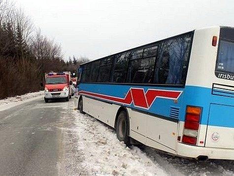 Autobus kvůli nevolnosti řidiče skončil u Sloupu v příkopu. Řidič zemřel.