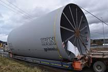 Speciální souprava přepravuje rozměrný obal pece. Přes tři kraje a na trase dlouhé 230 kilometrů.