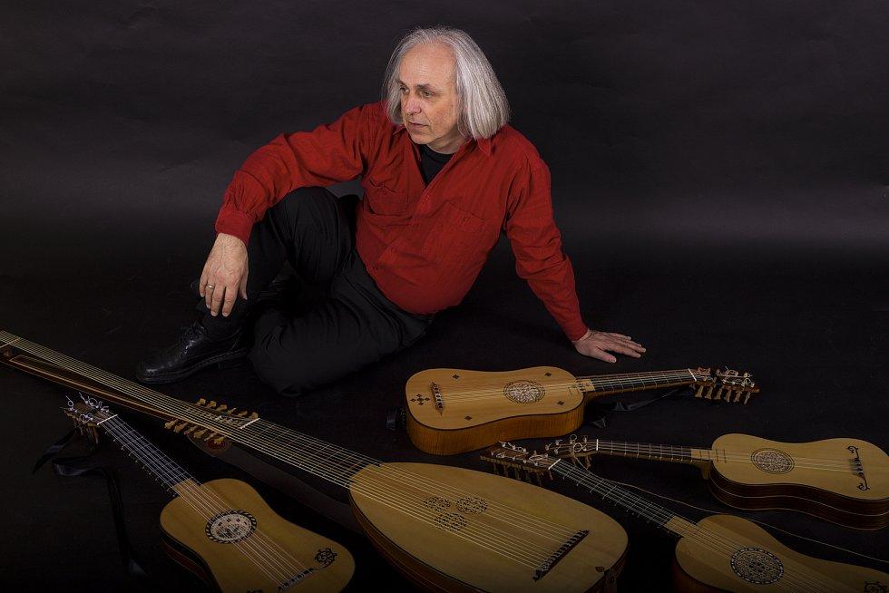 Hudebník Karel Fleischlinger hraje na několik historických hudebních nástrojů.
