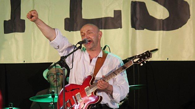 BiGy fest: stříhání, lukostřelba, záplava hudby Vltavy. Výtěžek jde na učebnice