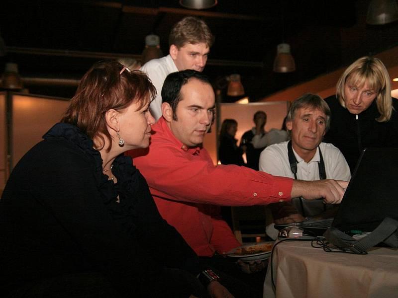 Kandidáti do obecních zastupitelstev za TOP 09 z Blanska, Letovic a Boskovic sledovali výsledky voleb společně v blanenské restauraci U Zámečku.