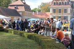 Areál zámku v Rájci-Jestřebí v pátek ožil díky stovkám lidí, kteří však tentokrát nepřišli ochutnávat historii, ale zvěřinové guláše.