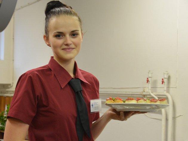 Studentka Střední školy technické a gastronomické Blansko Michaela Vaněrková dostala jedinečnou příležitost obsluhovat prezidenta Miloše Zemana v průběhu jeho návštěvy ČKD Blansko.