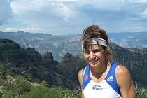 Alena Žákovská (na snímku nad kaňonem Urique) je jednou z pětičlenné party českých běžců, kteří se na začátku března zúčastní závodu v Měděných kaňonech. Kromě sportovního zážitku, který si odtud odvezou, pomůžou také komunitě místních indiánů.