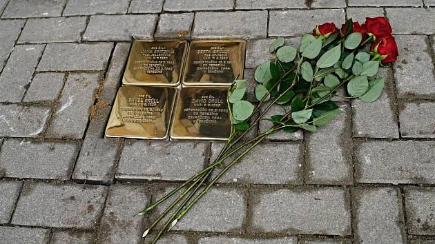 Stolpersteine. Kameny zmizelých. Dlažební kostky s mosaznou destičkou, které se na znamení piety vsazují do chodníků před domy obětí holocaustu a nacistického režimu. Další čtyři přibyly nedávno v židovské čtvrti v Boskovicích.