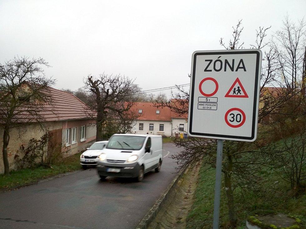 Obec Dyje řeší pohyb těžkých náklaďáků vesnicí. Začala zamykat i závoru na mostě přes stejnojmennou řeku.