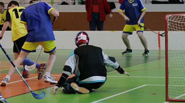V hale SPŠ Jedovnice dnes začalo republikové finále středních škol ve florbale. Nejlepších šest chlapeckých a dívčích středoškolských týmů se během tří dnů utká v boji o postup na mistrovství světa.