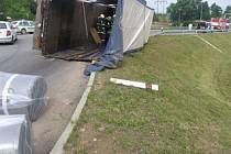 Na silnici I/43 z Brna do Svitav se na kruhové křižovatce u Černé Hory převrátil vlek od nákladního auta. Nehoda zablokovala frekventovanou silnici na necelé dvě hodiny.
