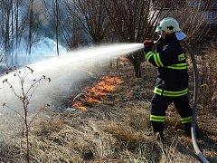 Požár trávy - ilustrační foto.