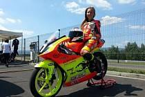 Patnáctiletá žákyně Základní školy Erbenova v Blansku, Romana Tomášková, v současnosti jezdí v kategorii Moto 3 a v seriálu Alpe Adria.