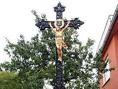 Kříž, který si manželé Kopečtí postavili před dům.