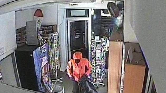 Zloděje při krádeži cigaret v Adamově zachytily kamery.