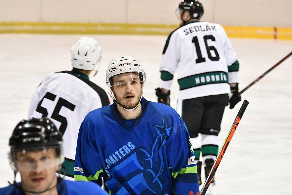 DOMÁCÍ VÝHRA. Hokejisté Dynamiters (na snímku v modrém) si poradili na domácím ledě s favorizovaným Hodonínem 5:2. Foto: Kryštof Severa