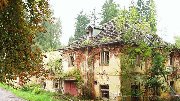 LÁZNĚ VELKÁ ROUDKA. Budovu ozdravného zařízení ve Velkých Opatovicích postavili v roce 1805. Po znárodnění se stala rekreačním střediskem Zetoru Brno. Postupně chátrala. Před časem ji chtěla společnost Velká Roudka přebudovat na rekreační areál.