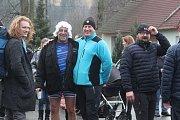 Ve Stvolové se na Silvestra sešli otužilci. V chladné Svitavě si připilo přes čtyřicet lidí.
