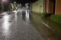 V Šardicích musela jednotka hasičů v sobotu před desátou večer čerpat vodu ze zatopené silnice.
