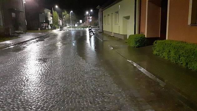 Bouřka zalila a pocuchala jih Moravy. Hasiči čerpali vodu a rozřezávali stromy