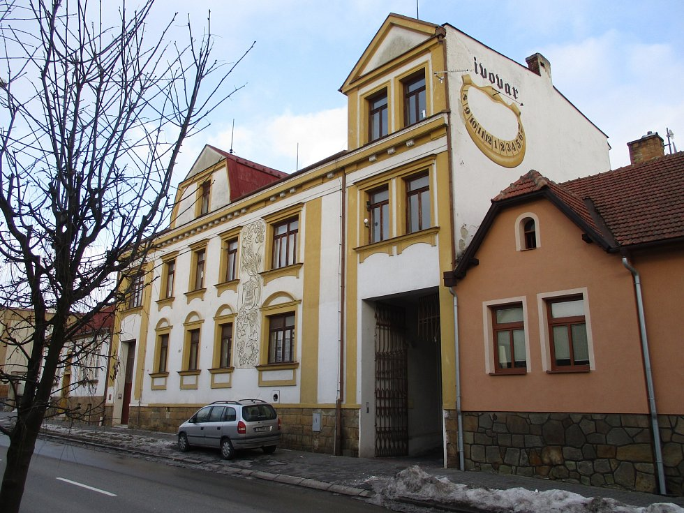 Senior klub Zlatuška sídlí v zadním traktu zchátralé budovy v boskovické ulici Havlíčkova. Vchod je ze dvora. O prostory se dělí s ubytovnou, která nabízí levný noclech. Vesměs lidem na okraji společnosti nebo zahraničním dělníkům.