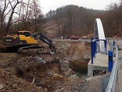 Starý most mezi Adamovem a Bílovicemi nad Svitavou jde konečně k zemi.