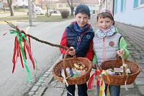 Žíly pletené z vrbového proutí, košíky nebo jen igelitky a hurá ven. Na Velikonoční pondělí bylo na Blanensku v ulicích živo už brzo ráno. Kvůli velikonční pomlázce.