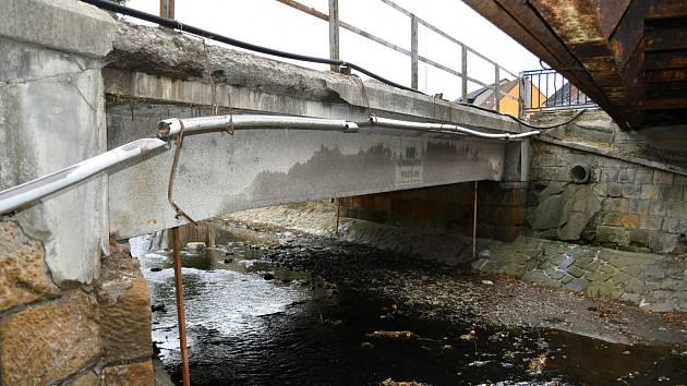 Silniční most v Dukelské je ve špatném stavu. Musí snížit nosnost.