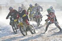 Motorová sněhová show zavítala do Benešova. Na louce za Pavlouvskou kaplí si to o pohár Drahanské vrchoviny rozdali závodníci v motoskijöringu. Na start se v úvodních rozjížďkách postavila dvacítka jezdců na terénních motocyklech a lyžaři. Ve vloženém záv