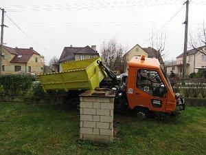 Opilý řidič zboural plot. Nadýchal bezmála dvě promile