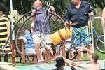 Devátý ročník napínavého klání bicyklistů na lávce přes vodu málem zhatil déšť. Pořadatelé museli opravit i vypuštěné duše. Ty fošnu drží.