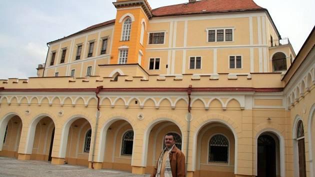 Zámek v Letovicích se poprvé ve své historii otevře veřejnosti. Od prvního května do konce října bude lidem přístupný denně. Zámek zakoupil v havarijním stavu od města Letovice Bohumil Vavříček z Boskovic a opravuje ho z vlastních nákladů.