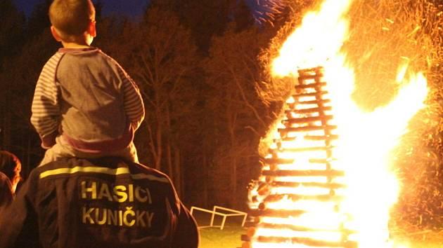 V Kuničkách plála sedmimetrová vatra.