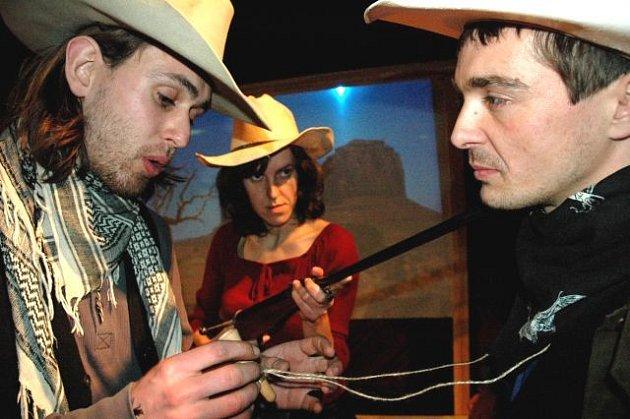 První díl trilogie Noci na rovinách se odehrává neobvykle ve westernových kulisách.
