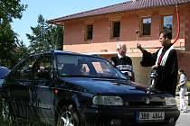 Auta, motorky, kola i berle posvětlil před prázdninovými cestami farář Martin Kopecký. Se svými vozítky se lidé sjeli v neděli dopoledne před dřevěným kostelíkem v Blansku.