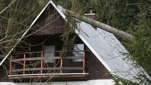 Hasiči evakuovali chatovou oblast mezi Velenovem a obcí Suchý. Kvůli vichřici