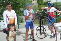 Čtyři sta startovních čísel a drobností pro účastníky připravili letos pořadatelé cyklovýletu Okolo Malé Hané. Ani zdaleka to ale nestačilo. Na šestý ročník akce totiž v sobotu přijelo rekordních šest stovek cyklistů. Obce mikroregionu Malá Haná se v pořá