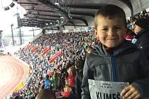 Sedmiletý Bruno Klimeš z Blanska je všestranný sportovec. Hraje fotbal, plave a věnuje se také atletice. Mimo to dělá i streetdance.