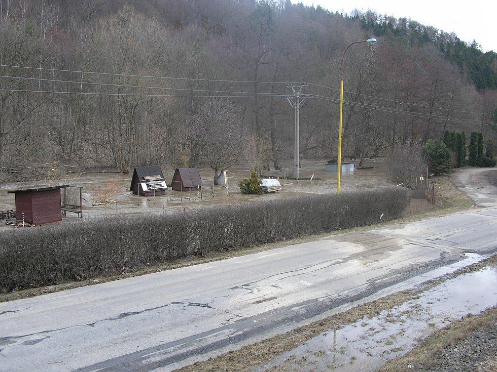 Rozvodněná řeka Svitava na přelomu března a dubna 2006 v Adamově na Blanensku a jeho okolí.