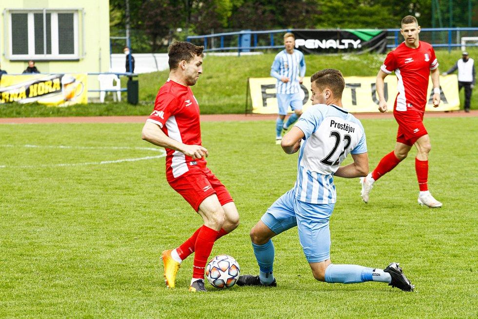 Blanenští fotbalisté (v červeném) na závěr sezony vyhráli nad Prostějovem 2:1.