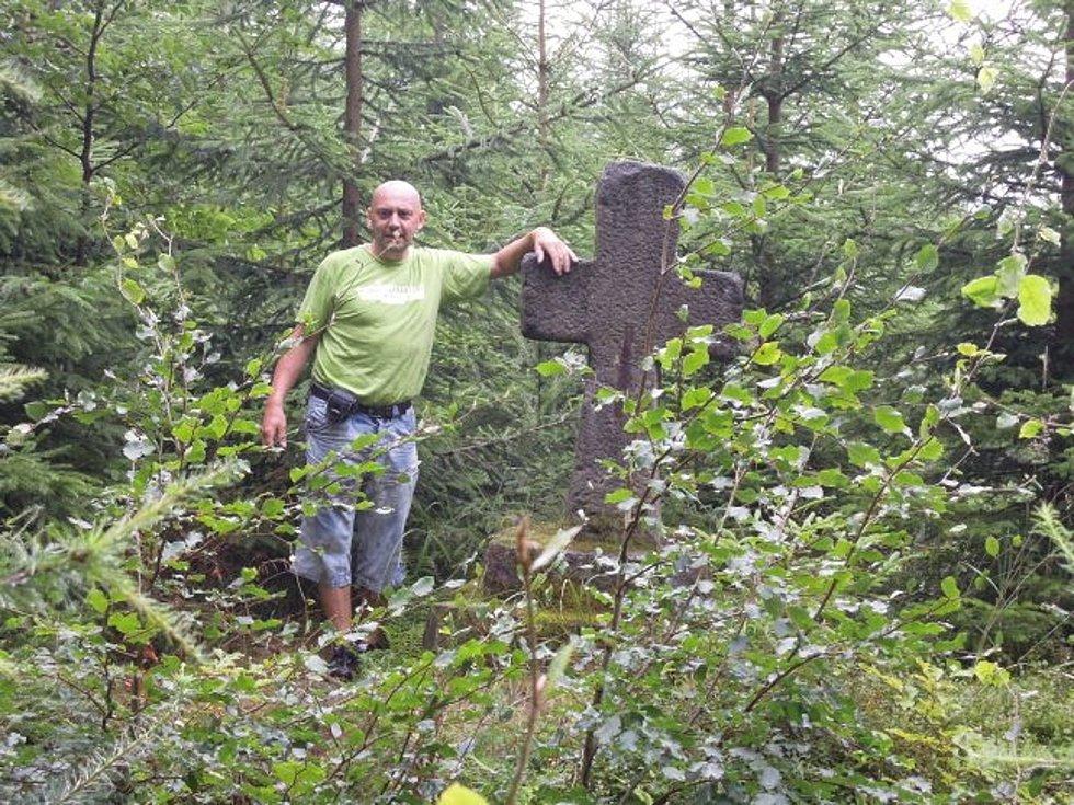 Ke kamenným křížům v Krchlebech a Vamberku se vážou zajímavé pověsti. Připomínají neštěstí. Podle nich zabil býk řezníka a hrom rytíře.