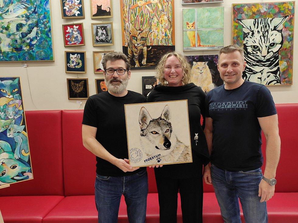 Herec Radim Fiala, výtvarnice Romana Štryncl a majitel adamovského podniku Café&Wine Milan Juřena s draženým obrazem vlčáka Arese.