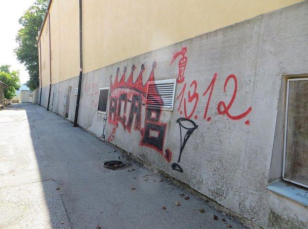 Sprejer poničil zeď boskovického Zámeckého skleníku.