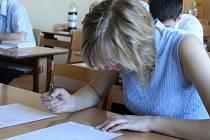 Zadumané výrazy ve tvářích žáků a pozorné pohledy dohlížejících profesorů byly včera k vidění v pěti třídách  a hlavní aule boskovického gymnázia. Začaly totiž maturity.