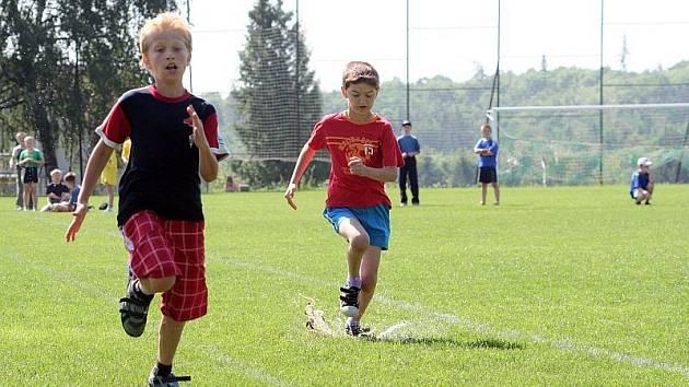 Děti z malotřídek v region u závodily v Rudici na dětské olympiádě v běhu, skoku z místa, hodu kriketovým míčkem a dalších disciplínách.