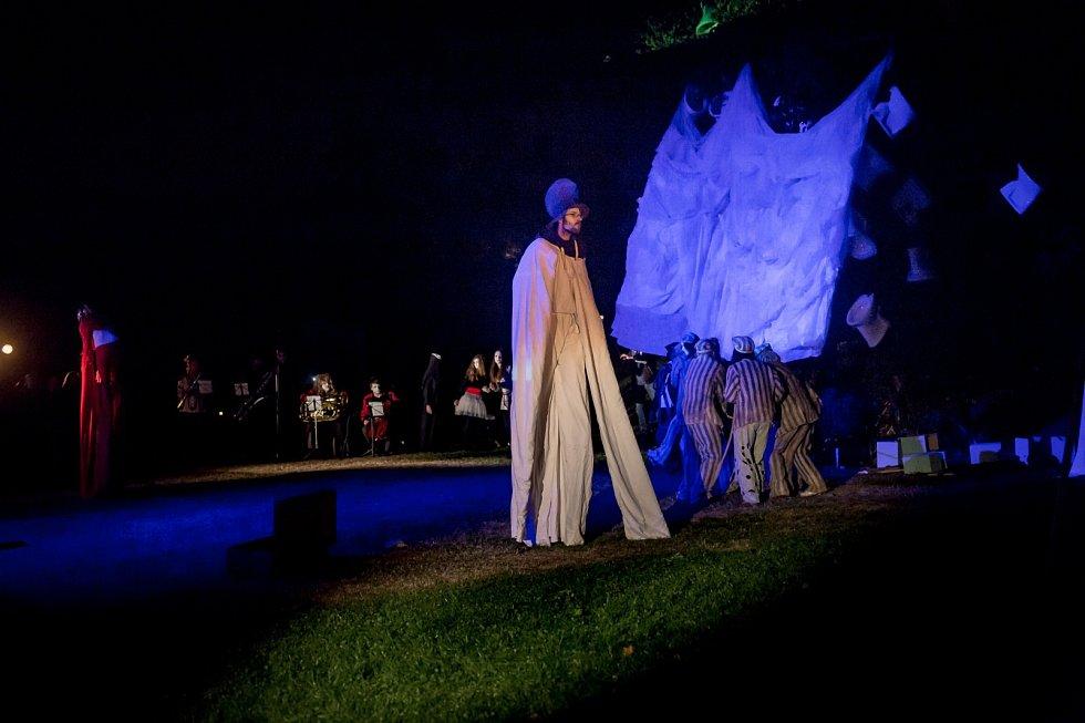 Lubo Kristek je mezinárodně uznávaný sochař, malíř a performer. Jeho sochy, obrazy i asambláže si v těchto dnech prohlédnou lidé na výstavě ve křtinském zámku.