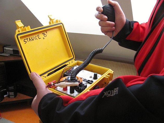 Hasiči mají k dispozici bezdrátový komunikační systém. Půjčili jim ho speleozáchranáři.