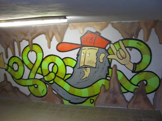 Podchod zdobí graffity. S motivy z krasu.