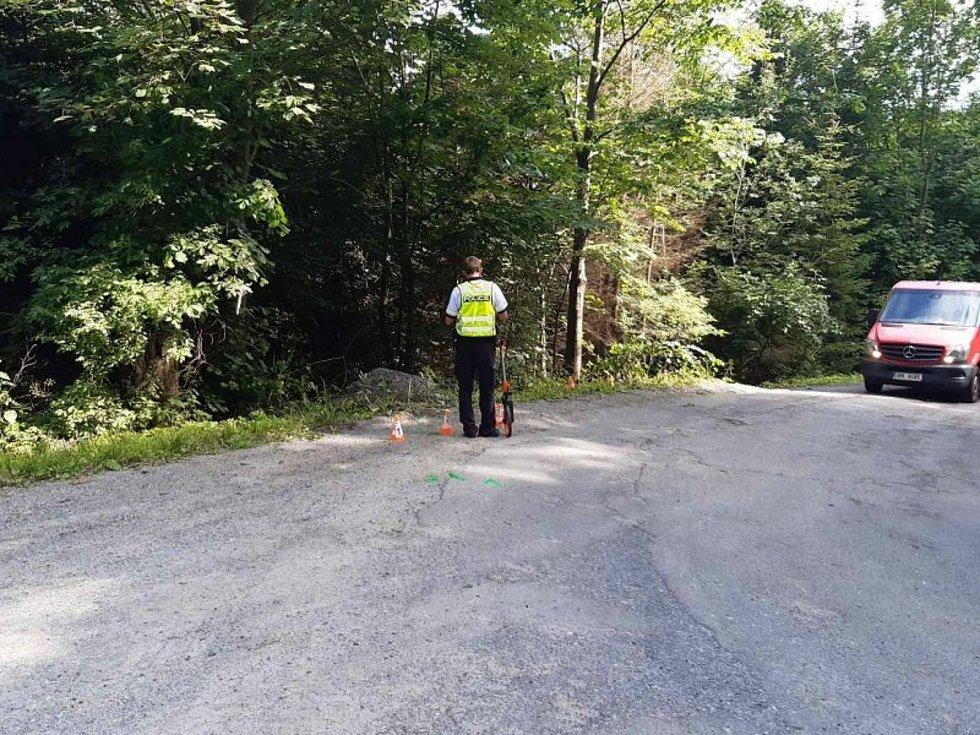Cyklista vyjel mimo silnici a boural. Na místě zemřel.