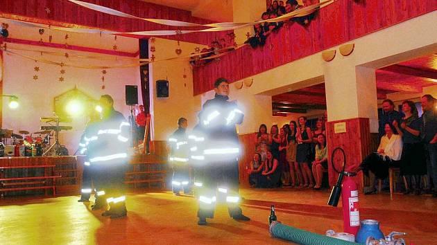 Tanec lipoveckých hasičů na plese v Lipovci.